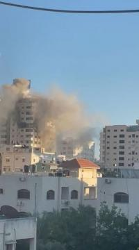 الإحتلال يقصف برج مشتهى في غزة