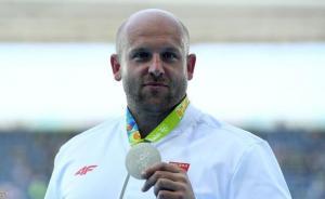 بطل أولمبي يبيع ميداليته لإنقاذ طفل مصاب بسرطان نادر
