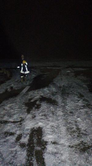 البرد والمطر يحاصران 10 أشخاص في الرويشد