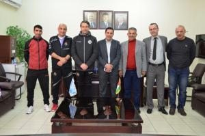 """المدرب الاسباني """"بيدرو"""" يزور جامعة عمان الأهلية"""