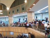 مواطن يحاول الانتحار من شرفة النواب (فيديو)