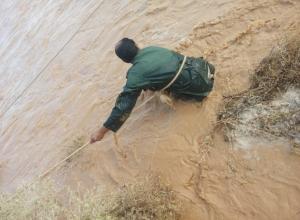 لحظة انقاذ 4 اشخاص جرفتهم السيول في البادية (صور وفيديو)