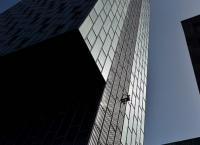 بريطاني يتسلق برجا بطول 280 قدما بدون معدات
