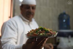 اللاجئون السوريون في الأردن يحيون ذكرياتهم الرمضانية بأكلاتهم (صور)