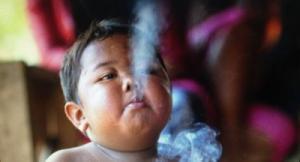 اين اصبح الطفل المدخن؟ (فيديو)