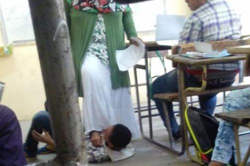 صورة معلمة تضع قدمها فوق طالب تثير الجدل بمصر