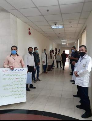 اعتصام غاضب للعاملين بالمهن الطبية أمام مكتب وزير الصحة  .. (صور)