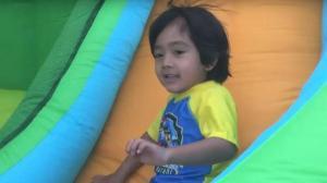 طفل يجني 11 مليون دولار ! (فيديو)