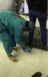 """إزالة ملصقات التباعد في الحرم المكي """"فيديو"""""""
