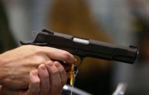 طالب يهدد لجنة الامتحان بمسدس!