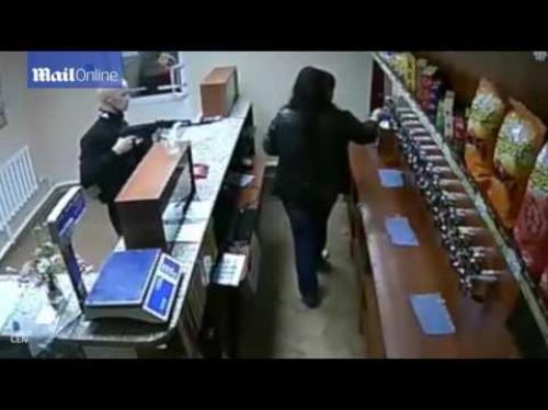 امرأة شجاعة تهاجم لصاً مسلحاً ببندقية آلية (فيديو)