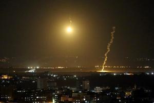 قتيلتان و67 إصابة وتضرر 12 بناءً ..  حصيلة صواريخ المقاومة على عسقلان