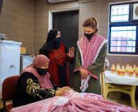 الملكة تطلع على عدد من المشاريع المحلية في الشوبك (صور)