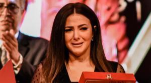 دنيا سمير غانم تنهار باكية خلال تسلم تكريم والديها