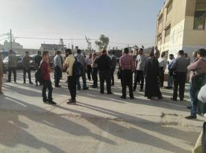 بعد الاعتداء على زملائهم ..  معلمون يضربون عن العمل في الرصيفة (صور)