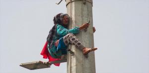 """المغرب: عجوز تتسلق برج اتصالات بنية الانتحار """"فيديو"""""""
