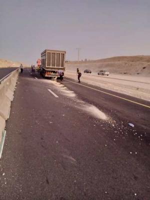 تصادم شاحنتين يغلق الطريق الصحراوي