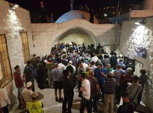 متطرفون يقتحمون مقامات دينية جنوب نابلس