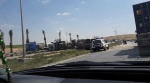 """انقلاب شاحنة على """"طريق الموت"""" (صور)"""