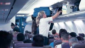 بالفيديو ..  عقاب غير متوقع من فتاة استفزتها أخرى داخل طائرة