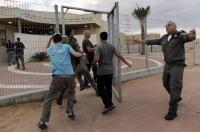 مستوطنون هاربون : سنعود عندما تقرر حماس