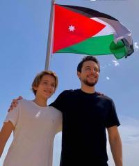 ولي العهد والأمير هاشم يرفعان العلم بذكرى الإستقلال (فيديو)