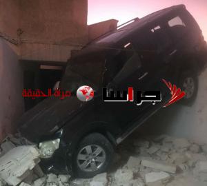 مركبة تقتحم مسجدا بعد تدهورها في حي نزال (صور)