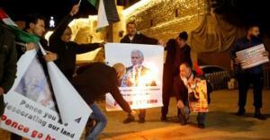 فلسطينيون يحرقون صور نائب ترامب فى بيت لحم رفضاً لزيارته