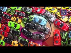 """رجل أعمال يزيّن """"جاغوار"""" فاخرة بـ 4600 سيارة صغيرة (فيديو)"""