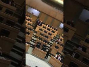 """الرزاز يوعز بمساعدة سيدة ناشدته عبر شرفات """"النواب"""" (فيديو)"""