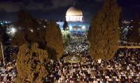 آلاف الفلسطينيين يتوافدون للأقصى لإحياء ليلة القدر