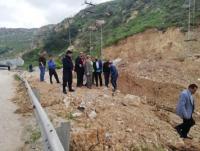 الاشغال: تفجر ينابيع سبب انهيارات طريق البحر الميت (صور)