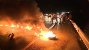 اشتباكات بين الدرك ومحتجين في البقعة ورشق مركبات الدرك بالحجارة