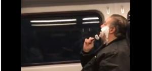 """صورة لشبيه """"مطيع"""" وهو يحلق في قطار تثير جدلا في الاردن"""