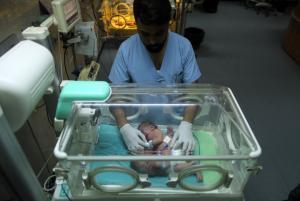 حالة نادرة ..  طفلتين ولدتا ملتصقتين في غزة (صور)