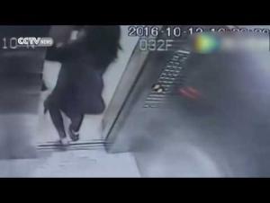 يضرب أماً طلبت منه عدم التدخين بالمصعد حماية لطفلتها (فيديو)
