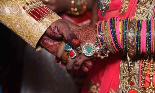 هندي متهم ببيع زوجته مقابل 2400 دولار لشراء هاتف ذكي
