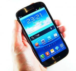 """هاتف خلوي يتسبب بفصل معلمة في """"الأنروا"""" من عملها"""