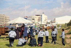 طلاب رياض ومدارس جامعة الزرقاء يزورون مزرعة الزيتون بالجامعة