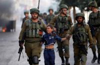 قوات الاحتلال تعتقل طفلا قرب الحرم الإبراهيمي