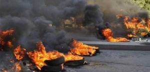 الرمثا ..  محتجون يغلقون الطريق الدولي بالاطارات المشتعلة