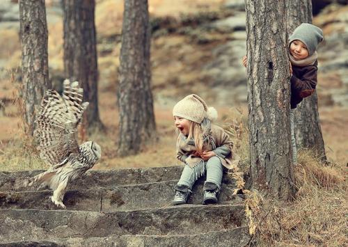 أطفال نموا في الغابات بين أحضان الحيوانات (صور)