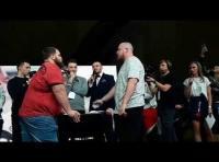 """بطل """"تبادل الصفعات"""" يتلقى ضربة قاضية تطرحه أرضا (فيديو)"""