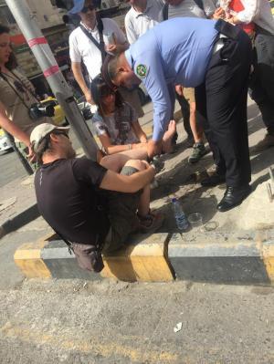ملازم في السير يساعد سائحا سقط في وسط البلد
