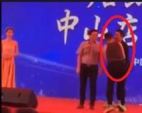 ممثل صيني يتعرض لمحاولة قتل على المسرح (فيديو)
