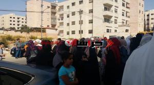 عمان ..  التربية تغلق مدرسة خاصة بالشمع الاحمر والأهالي يتظاهرون (صور)