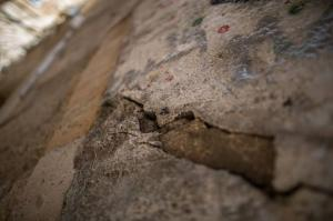 """حفريات الإحتلال تهدد حي """"باب السلسلة"""" بخطر الإنهيار (صور)"""