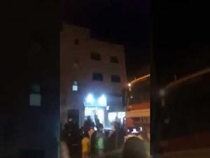 الأمن يمنع فتاة من الإنتحار في المقابلين (فيديو)