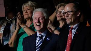 """.يديعوت أحرونوت: """"بيل كلينتون"""" يرتدى شارة إسرائيلية"""