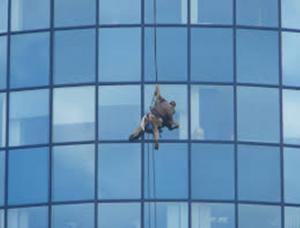 الضمان: تنظيف واجهات المباني الزجاجية والحجرية من المهن الخطرة
